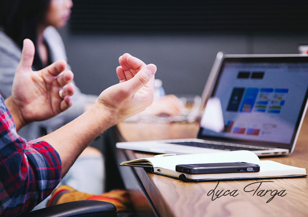 Mani, computer, agenda e smartphone